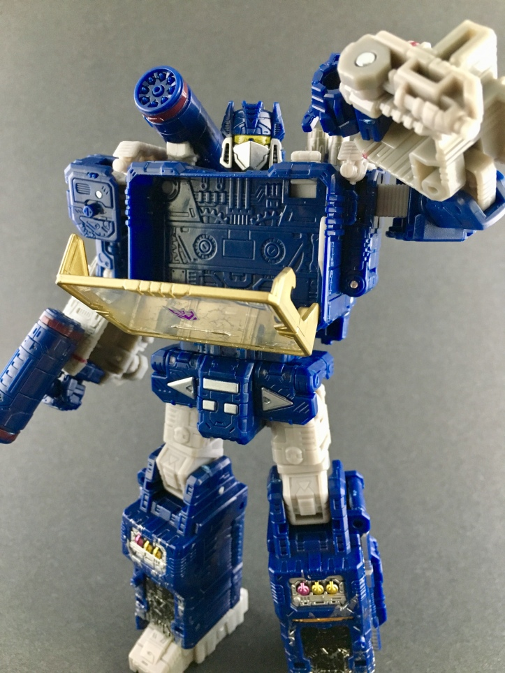 Toy Wizards Review: Transformers Siege Voyager Class Soundwave